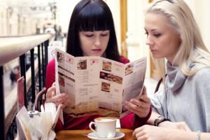 メニューを見る人はルーズな人にイラっとする! 飲食店での行動でわかるせっかち度