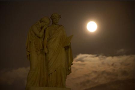 【画像アリ】 台風一過の夜空に輝く、世界のスーパームーン写真!