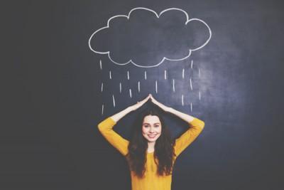 【心理テスト】雨宿り、雨はどれくらい降ってる? 答えでわかるあなたの恋の期間