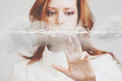 静電気は心にも悪影響? 「放電」で気分の落ち込みを改善しよう!