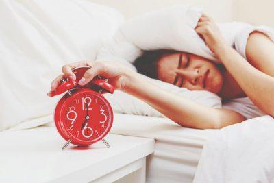 【夢占い】目覚まし時計の夢は追い込まれているサイン 時計が出てくる夢が暗示すること