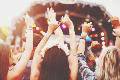 【8月の開運方位】ラッキー方位は「西」、夏フェスや夏限定のイベントへ出かけよう!