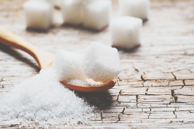 【夢占い】砂糖の夢は甘い恋の始まり!? 調味料の夢が暗示することとは?