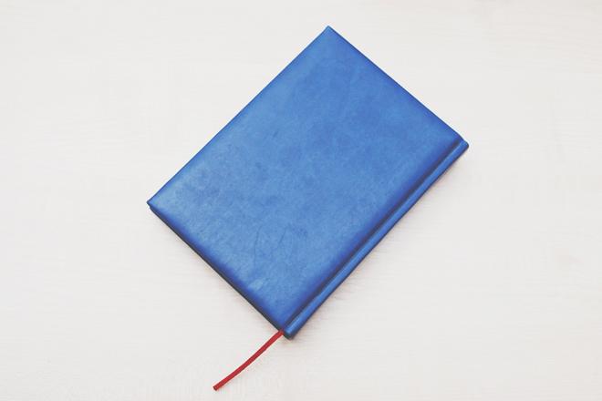 【8月のカラータロット占い】ラッキーカラーは「ロイヤルブルー」、恋愛運はブックカバー!