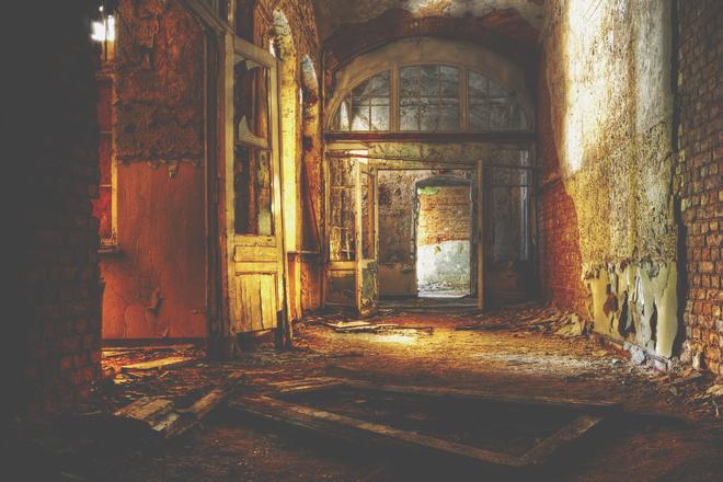 【心理テスト】廃墟の病院、誰と行く? 答えでわかる居心地のいいパートナー
