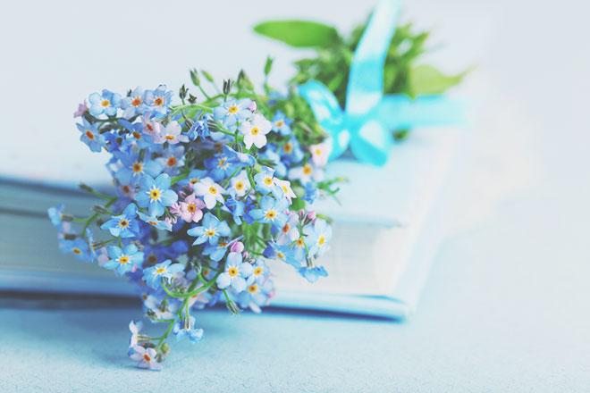 【4月のカラータロット占い】ラッキーカラーは「ライトブルー」、金運アップは小さい花束!