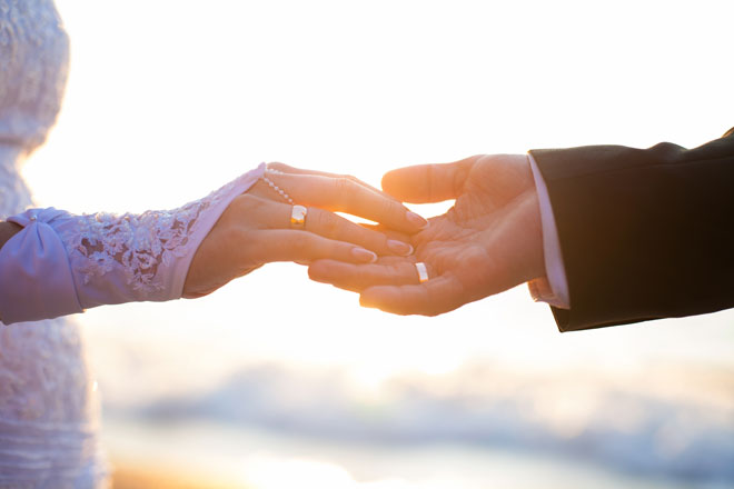 【手相占い】結婚線の見方と意味は? 年齢、回数、玉の輿婚の可能性も