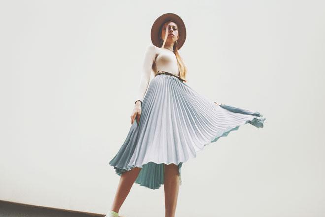 【8月のカラータロット占い】ラッキーカラーは「淡いブルー」、恋愛運アップには「プリーツスカート」!